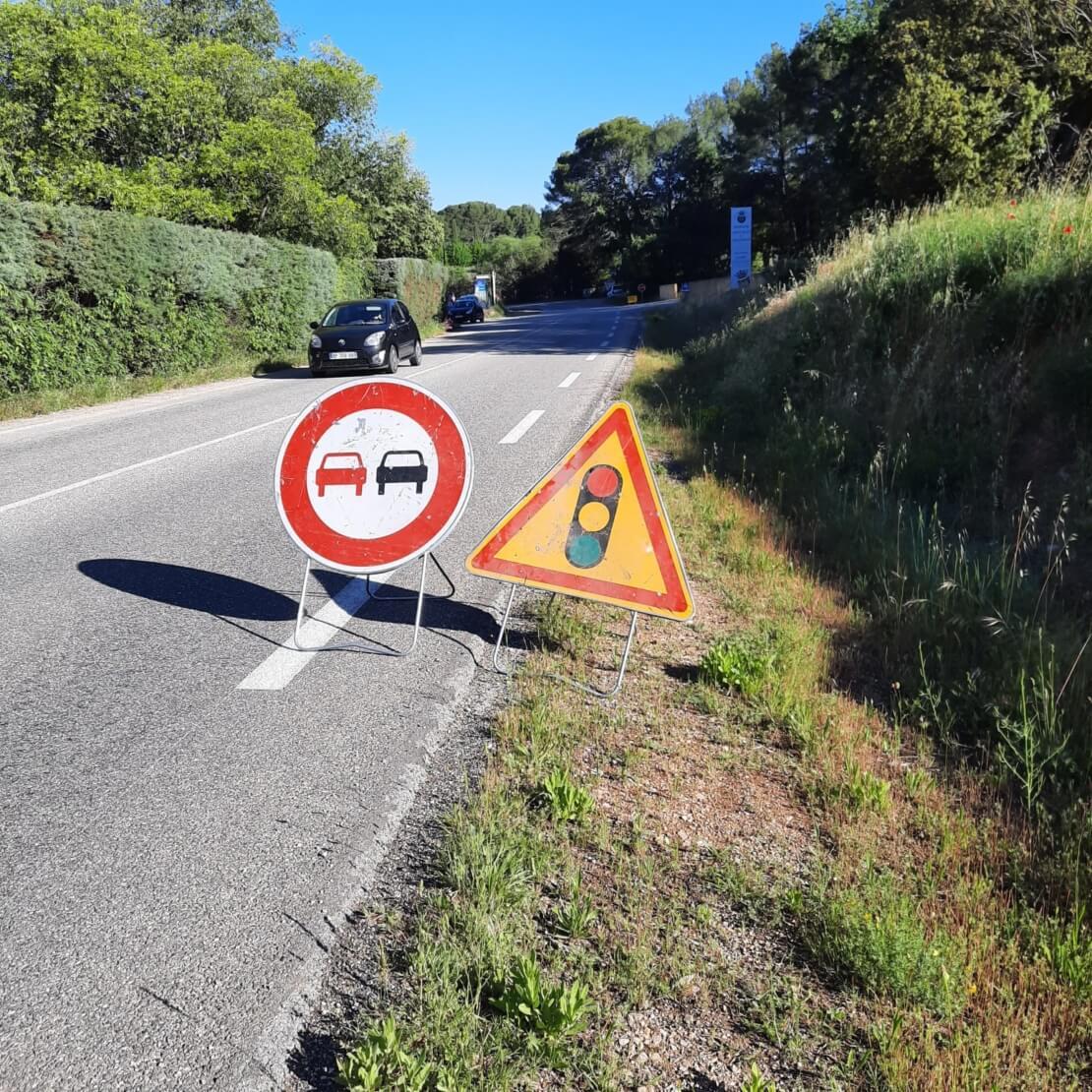 Pose de panneaux de signalisation routière sur autoroutes et voies rapides